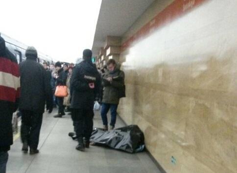 Настанции метро «Спасская» вПетербурге наглазах упассажиров скончался мужчина
