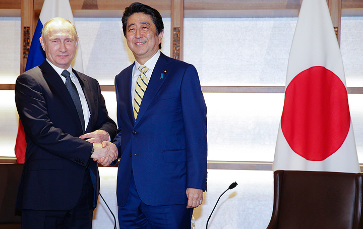 Картинки по запросу Абэ заявил о желании подписать российско-японский мирный договор лично с Путиным