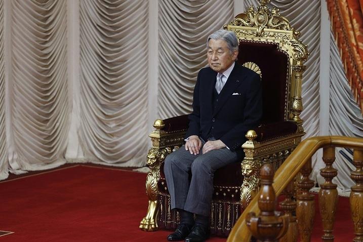 Японцы подходят кимператорскому дворцу поздравить монарха сднем рождения