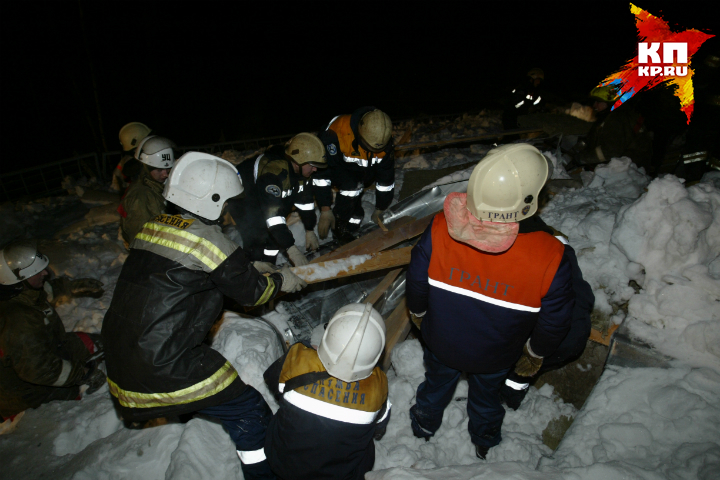 Обрушившийся под Омском гараж раздавил девять машин