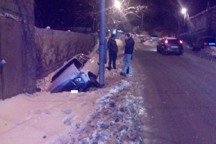 ВСтаврополе студенка зарулем ВАЗа опрокинула автомобиль вкювет
