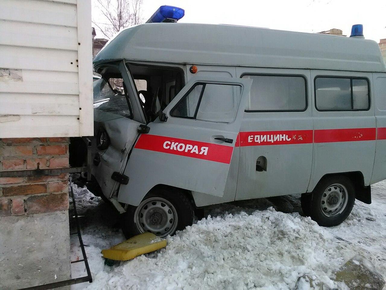 ВУльяновске карета скорой помощи врезалась в дом