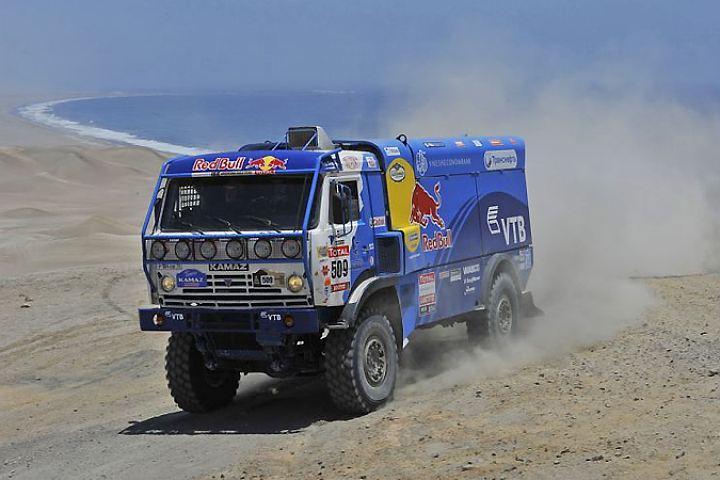 Второе место в категории «грузовики» занимает экипаж Сергея Куприянова.