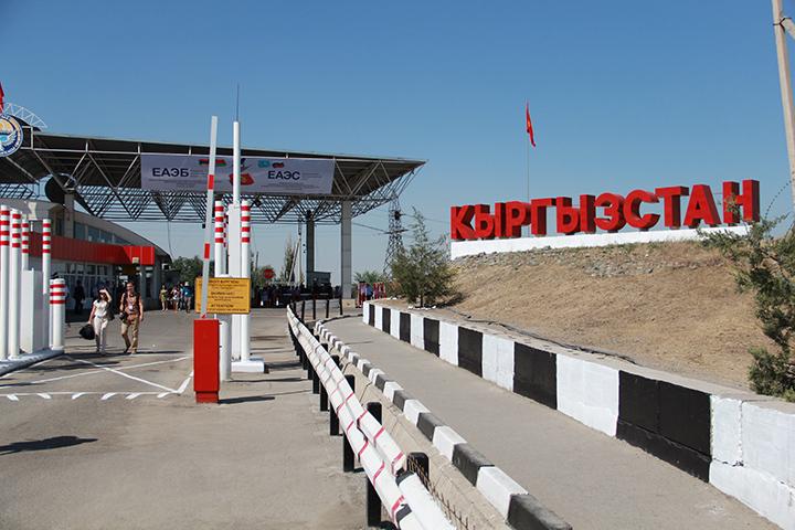 Соседи сомневаются в качестве кыргызского мяса и считают его опасным. Даже если оно просто следует мимо.
