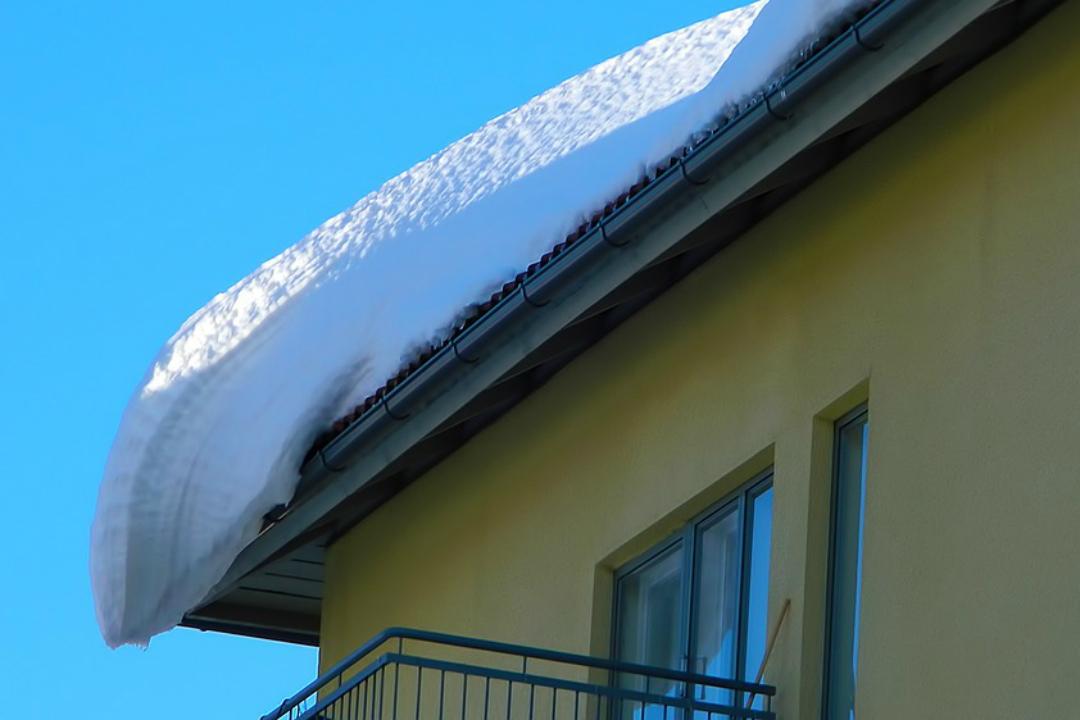 ВКирове снежная глыба упала скрыши наребенка
