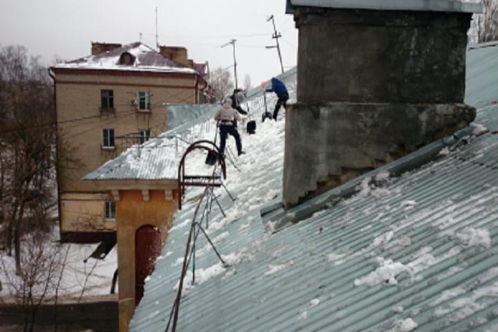 ВТюменской области мужчина, убирая снег, упал скрыши и умер