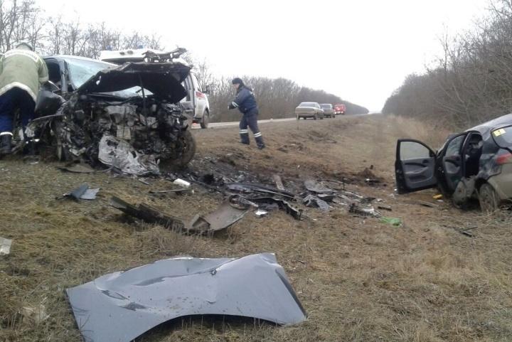ВРостовской области при столкновении Тоёта и Шевроле погибли три человека