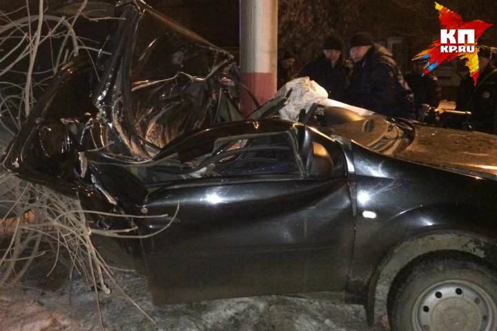 Под Саратовом шофёр скончался после столкновения легковушки состолбом
