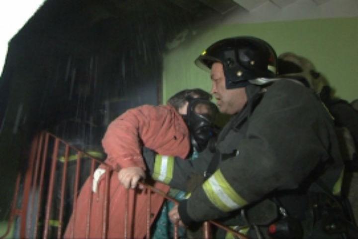 Шесть жильцов дома поИриновскому провели ночь наулице из-за пожара