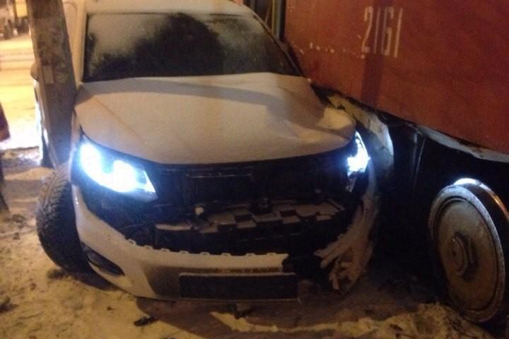 Трамвай прижал иномарку кстолбу наМосковском шоссе— Самара