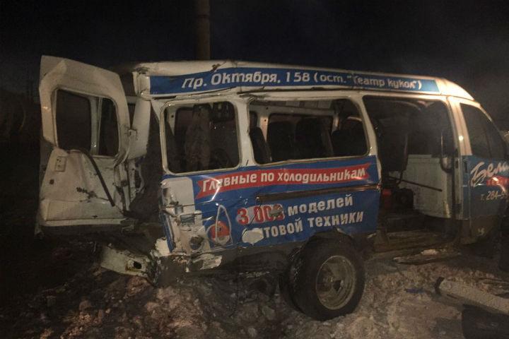 Два человека пострадали в итоге столкновения микроавтобуса споездом под Уфой