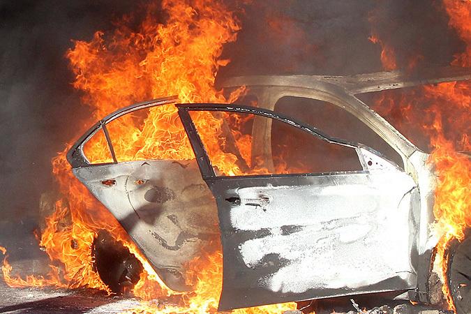 ВВолгограде автолюбители спасли водителя иззагоревшегося надороге Mercedes