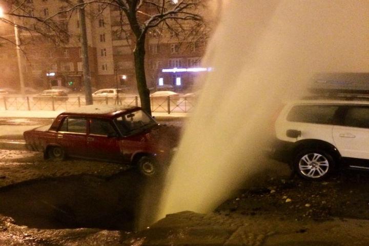 Огромный фонтан кипятка забил из-под земли вПетербурге