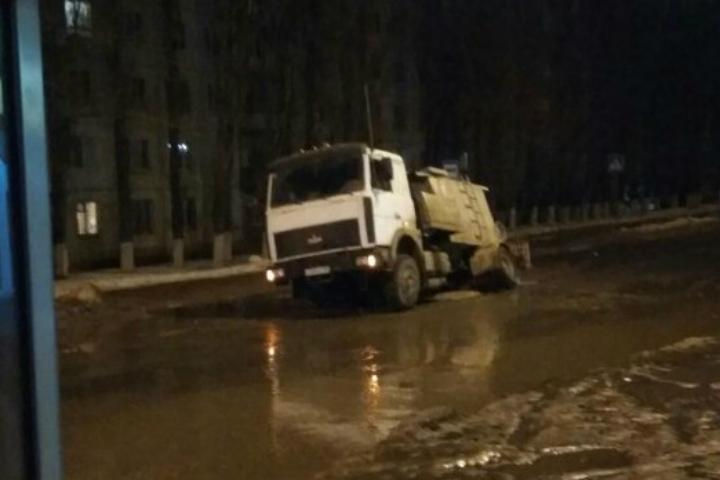 Вдорожную яму наулице Антонова провалился очередной автомобиль