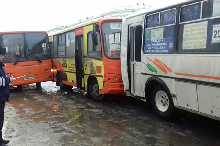 Восемь человек пострадали вДТП савтобусами наплощади Минина