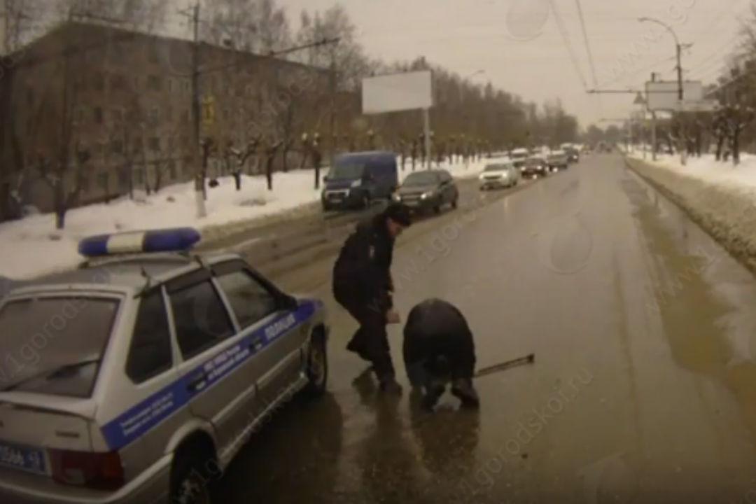 Появилось видео ДТП, где работник Росгвардии сбивает пешехода назебре