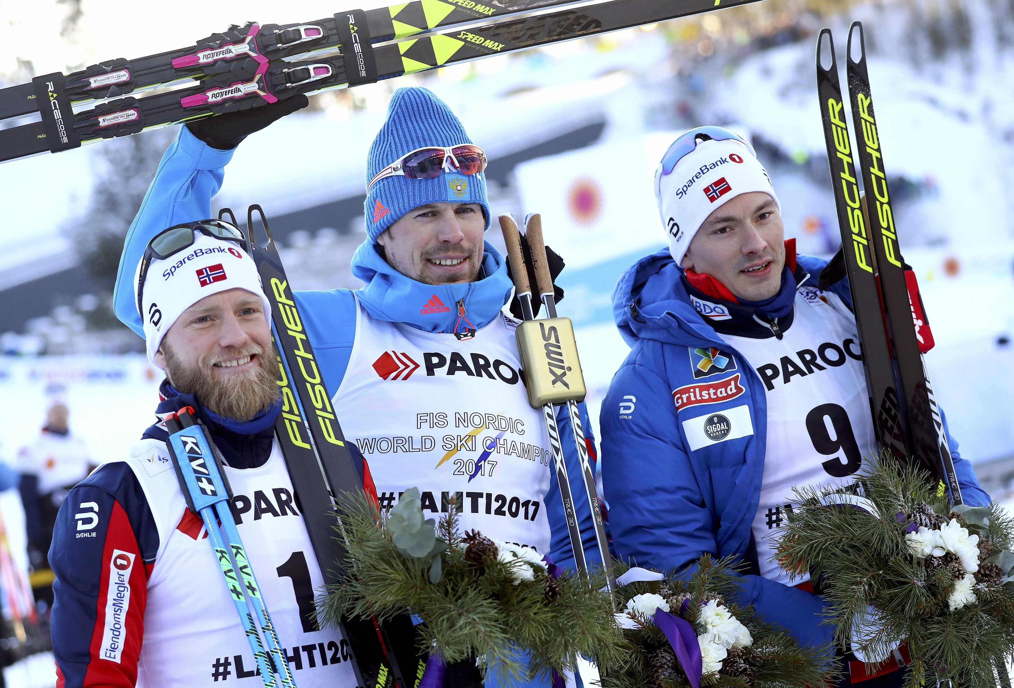 Сергей Устюгов (в центре) в окружении норвежских лыжников на высшей ступени пьедестала почета.