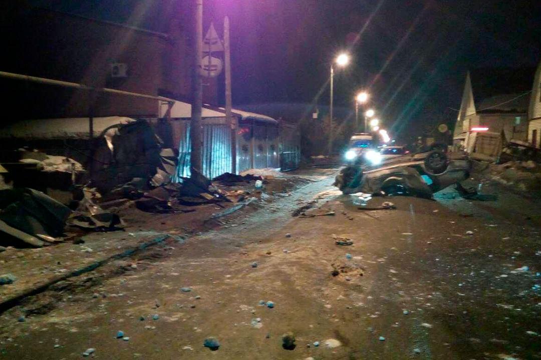 ВЧелябинске иностранная машина перевернулась надороге, влетев в личный дом