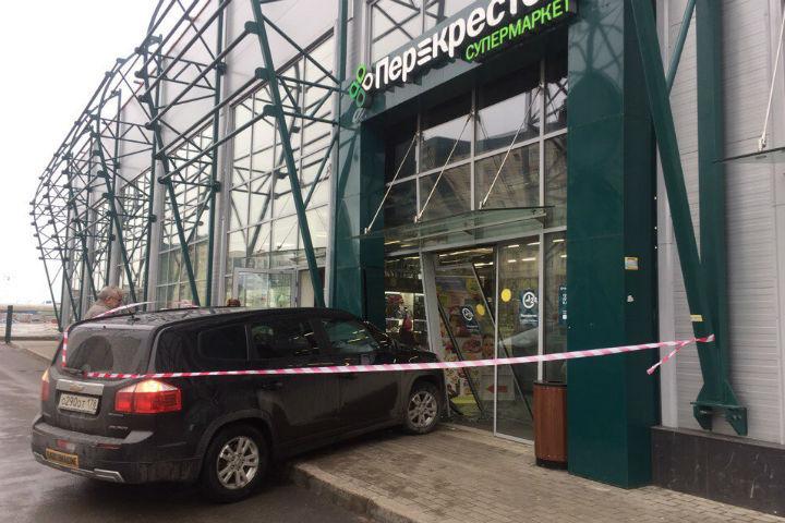 Иностранная машина въехала всупермаркет «Перекресток» наКамышовой