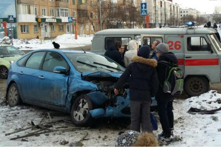 ВКемерове Форд врезался вограждение после столкновения с«Ладой»