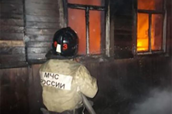 ВКомсомольске неизвестный поджег дом, два человека погибли