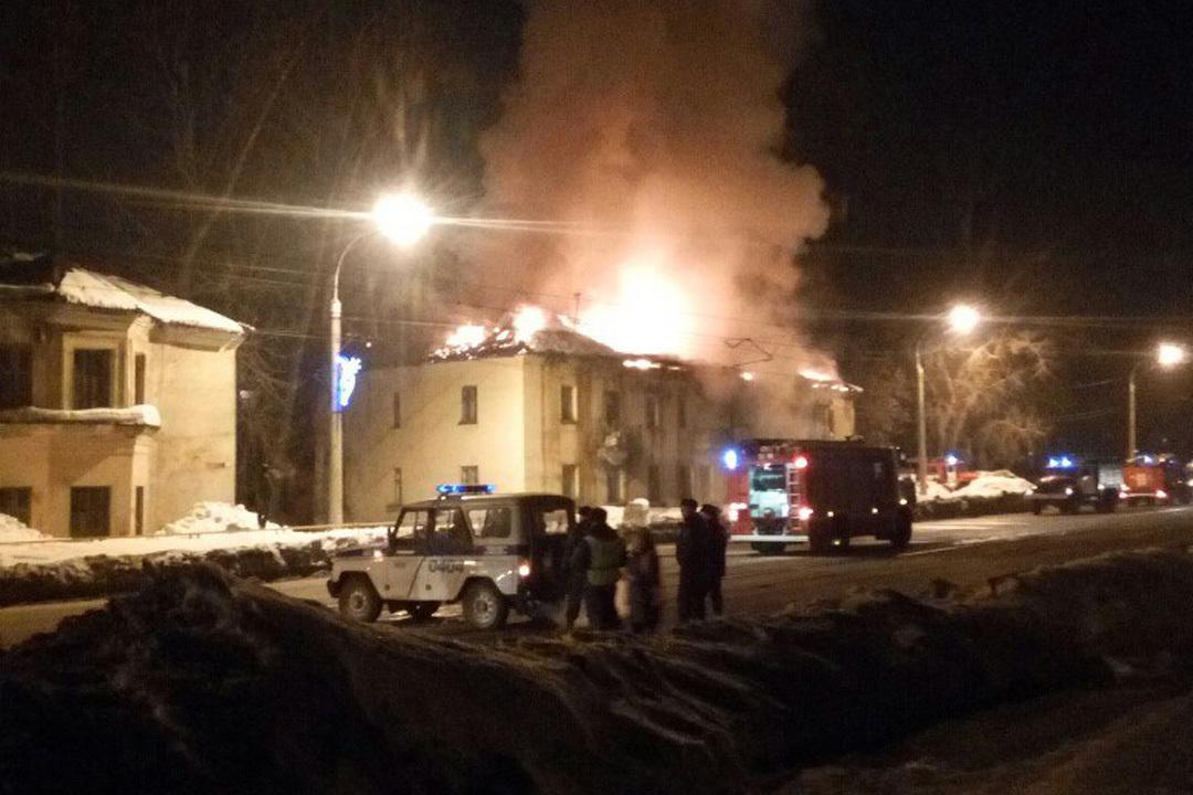 Интенсивный пожар уничтожил кровлю многоквартирного дома вБарнауле