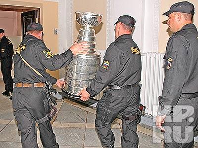 Омоновцы никого близко не подпускали к Кубку. фото Владимира АНДРЕЕВА.