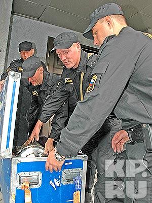 Бойцы ОМОНа бережно уложили ценный груз в особый ящик. фото Владимира АНДРЕЕВА.