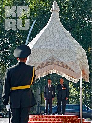 Совет глав государств СНГ проходит в резиденции президента Киргизии в пригороде Бишкека. На фото: президенты Киргизии и России