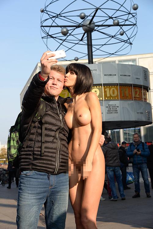 """Это далеко не первая """"обнаженная"""" акция Мило: в ноябре 2015 года она делала голые """"селфи"""" со всеми желающими в центре Берлина. Фото: GLOBAL LOOK PRESS"""