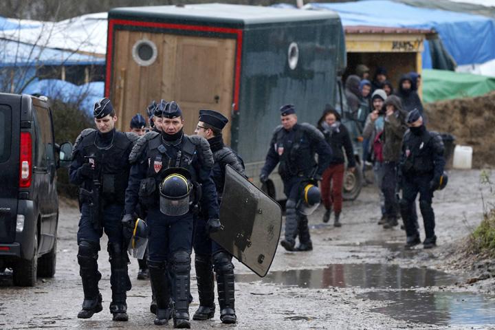 Полиция в стихийном лагере беженцев в Кале Фото: REUTERS