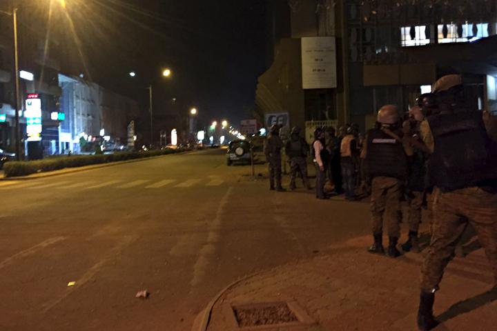 Власти ввели в столице страны режим чрезвычайного положения. Фото: REUTERS