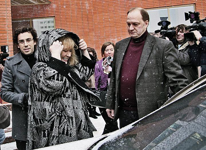 Водитель Пугачевой Игорь Польшиков (справа) привязался к маленькому Жене как к родному. Фото: Сергей ШАХИДЖАНЯН