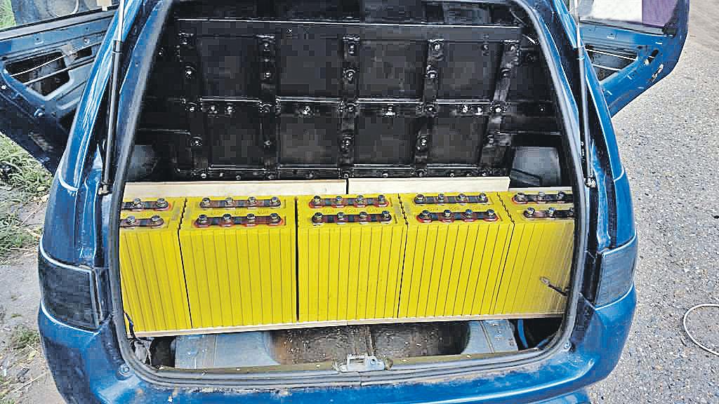 Несколько блоков тех самых литий-ионных батареек ставят в багажник, прикручивают усилители - и любители сильнейших басов в авто получают крутой звук. Фото: Архив Андрея Кашникова