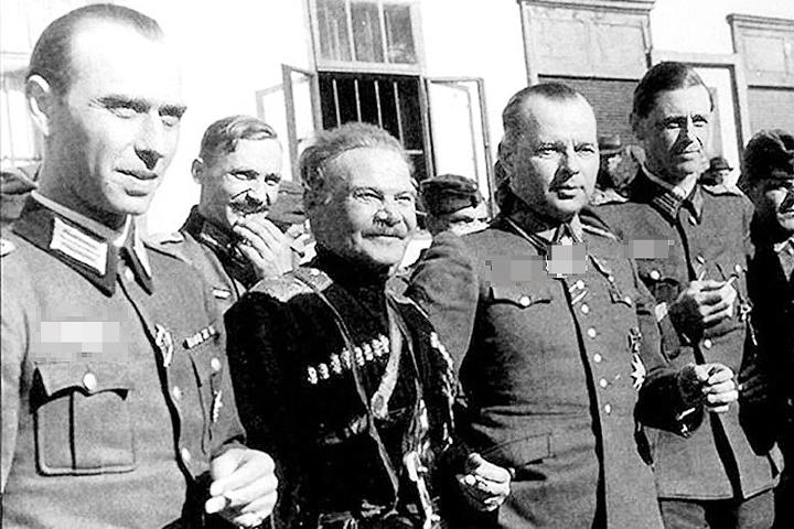 Хотя немецкая форма Андрею Шкуро ( в центре) и была положена, они ее никогда не носил, предпочитая казачью одежду. Фото: kazaki.by