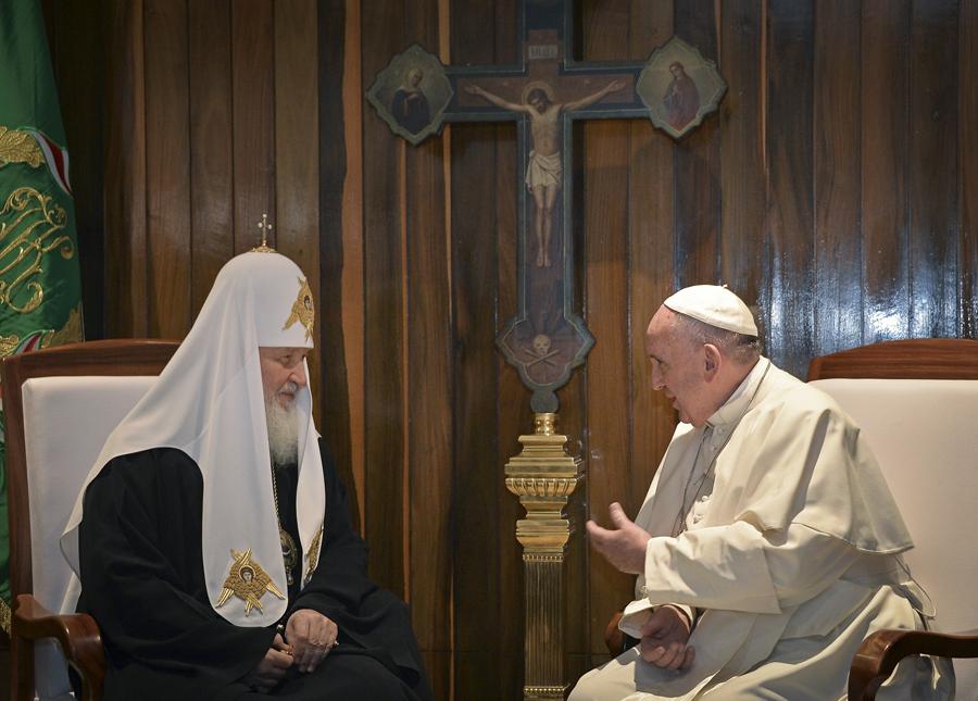 Примечательно, что между креслами Патриарха и Папы было установлено каноническое православное распятие, выполненное из дерева. Хотя Куба традиционно является сугубо католической страной Фото: REUTERS