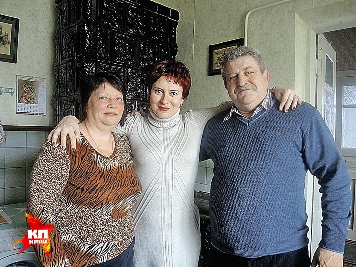 Дарья Асламова (на фото в центре) в гостях умолдавских фермеров Федора и Ольги Горбуляков. Селяне признались, что больше не поведутся на призывы интегрироваться в Европу. Фото: Дарья АСЛАМОВА