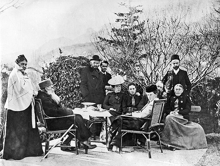 «Лев Толстой в Ялте, в окружении друзей и родственников. 1 июня 1902 г.». Фото: ТАСС