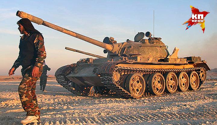 Старенький танк Т-55 перед отправкой в очередной бой. Фото: Александр КОЦ, Дмитрий СТЕШИН