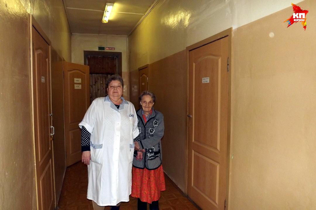 Последними близкими людьми в этой жизни у бабушек остаются медсестры, такие как заведующая отделением сестринского ухода Вера Львовна. Фото: Василий ХОДАРЕВ