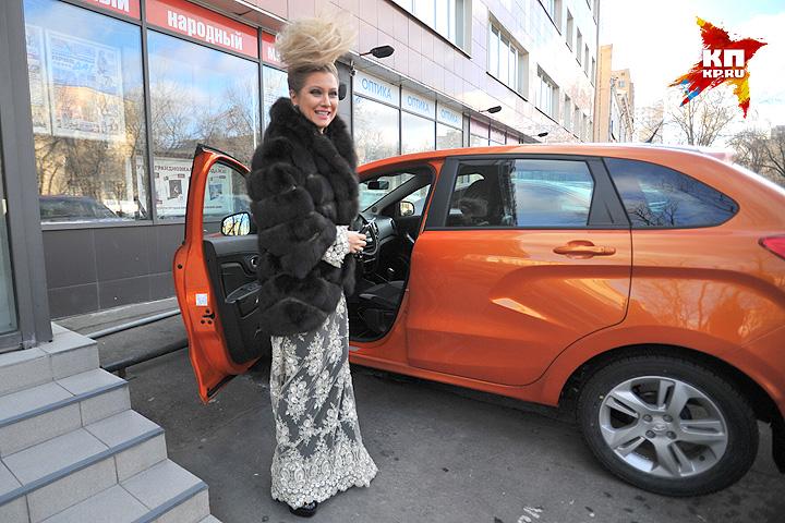Ленина неожиданно приехала в «Комсомолку» на … оранжевой «Ладе-Икс-Рей». Фото: Виктор ГУСЕЙНОВ