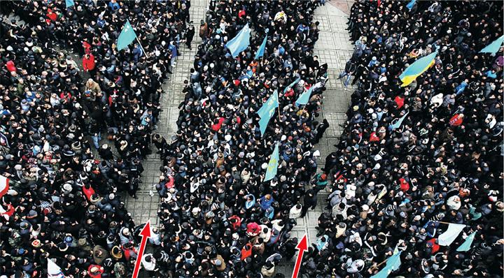 Сторонники возвращения Крыма в Россию даже в этой гигантской толпе противников такого решения сумели прорубить коридоры (они обозначены красными стрелками) для «вежливых людей», которые разблокировали парализованный парламент. Фото: Светлана БОРИСОВСКАЯ