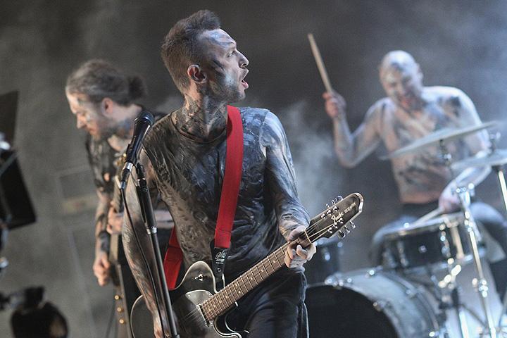 """""""Я не сторонник того, чтобы музыканты выражали свою гражданскую позицию на концертах. Группу U2 не люблю именно за то, что Боно очень много говорит."""""""