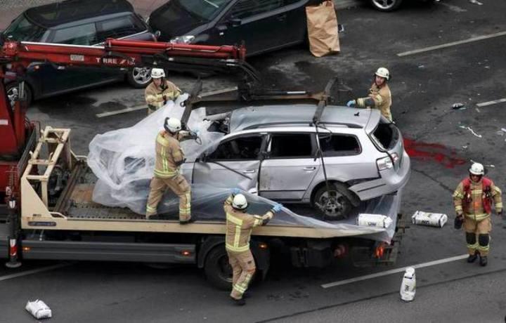 Volkswagen Passat после взрыва врезался в припаркованный автомобиль, водитель взорвавшейся машины погиб Фото: REUTERS