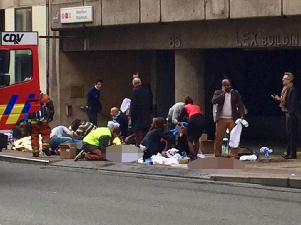 Медики оказывают помощь пострадавшим после взрыва в метро Брюсселя.
