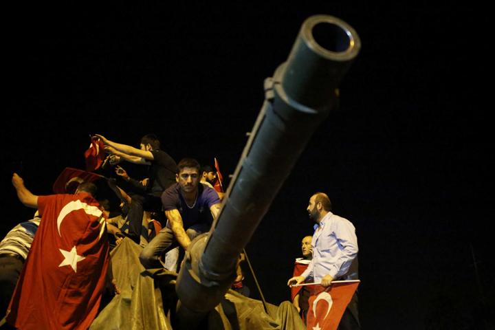 Жители Анкары, протестующие против госпереворота, захватили танк у военных Фото: REUTERS