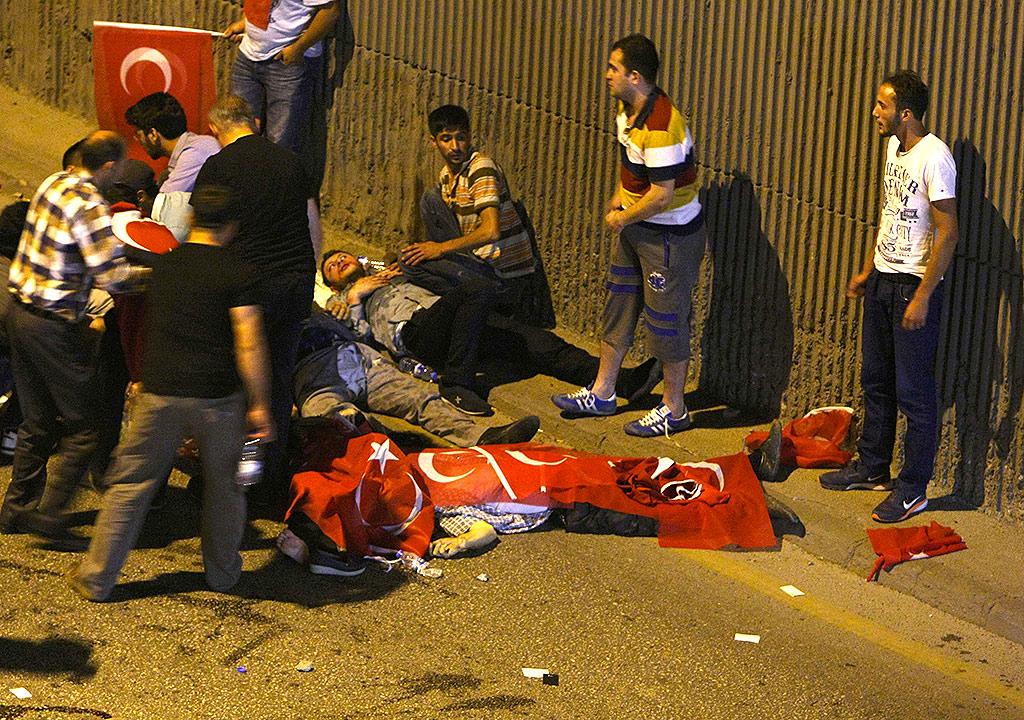 Жертвы ночных перестрелок на улицах Анкары. Фото: REUTERS
