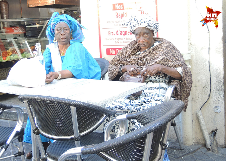 Повсюду сидят африканские старухи в громадных цветастых тюрбанах на головах Фото: Дарья АСЛАМОВА