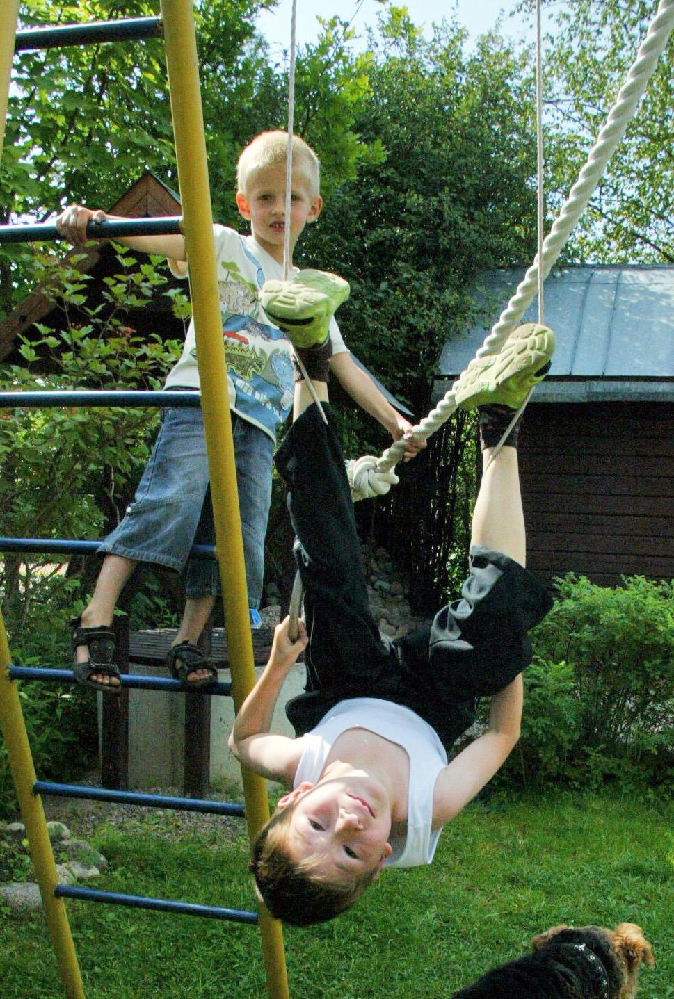 Детям не терпится продемонстрировать сверстникам свои новые умения и навыки, забыв об осторожности... Фото: Тимур ХАНОВ