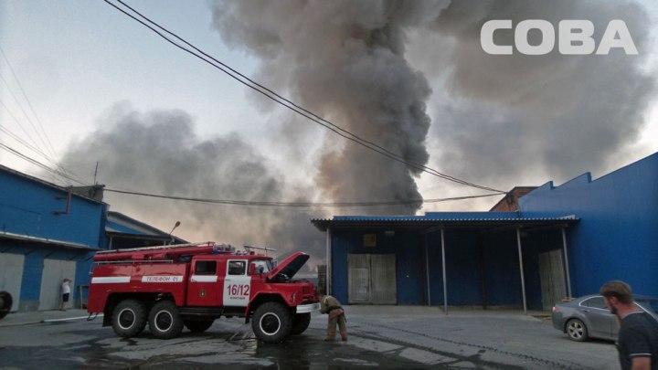 Площадь пожара наБерезовском тракте возросла , огонь распространился насклад спиротехникой